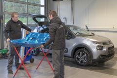 9203R Mitarbeiter Fahrzeughaus Matz Oberkirchen in der Werkstatt