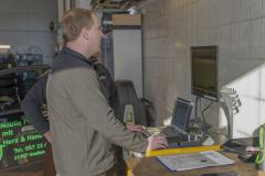 9236R Mitarbeiter Fahrzeughaus Matz Oberkirchen in der Werkstatt