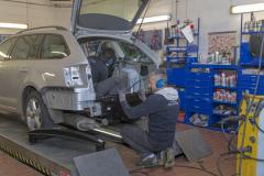 9244R Mitarbeiter Fahrzeughaus Matz Oberkirchen in der Werkstatt